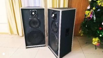 Продаю Музыкальный аппаратуры комплект калонки микрофоны усилитель